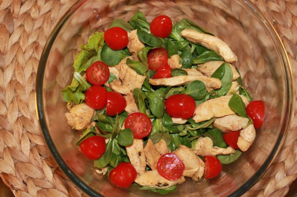 Le poulet mariné en version salade d'été