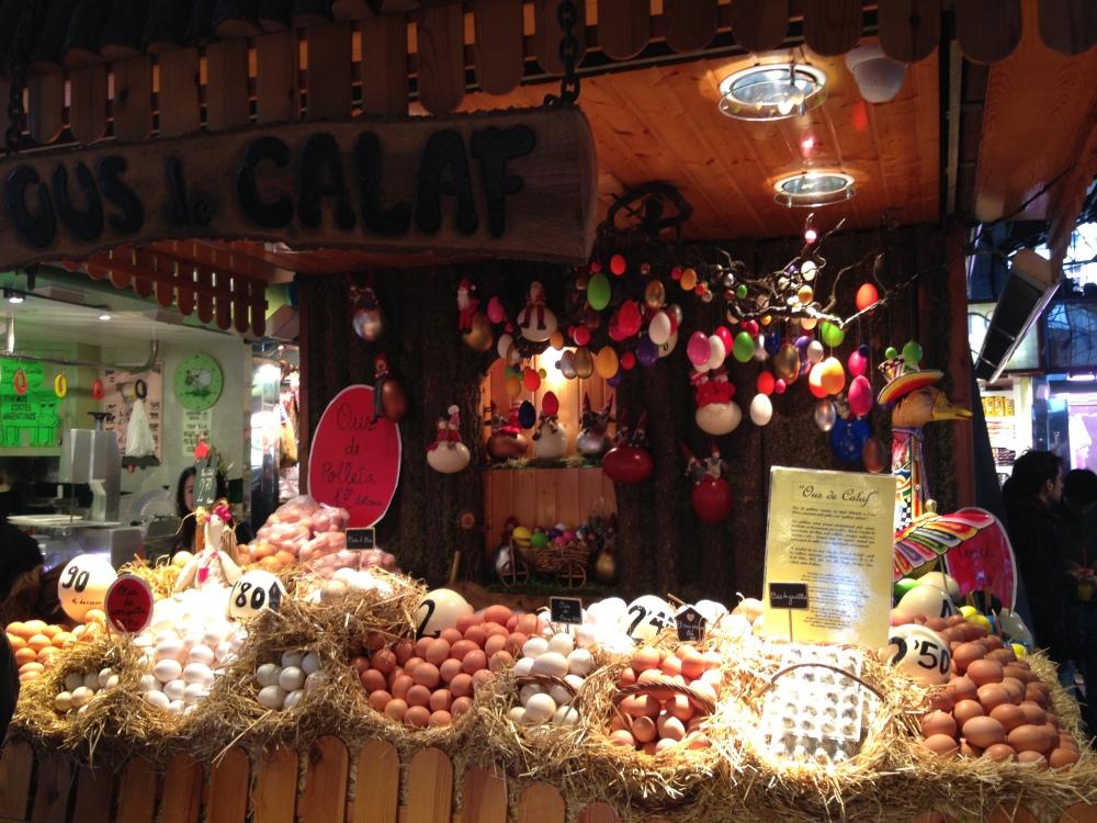 Un stand d'oeufs au marché à Barcelone